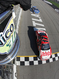 Atlanta_2008_mar_nns_finish_flagsta
